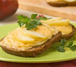 бутерброд с сыром на завтрак - источник кальция