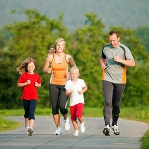 короткая пробежка вместе с ребенком перед зарядкой - хороший способ приобщения ребенка к физкультуре