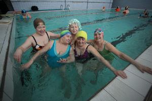 бабушки занимаются в бассейне