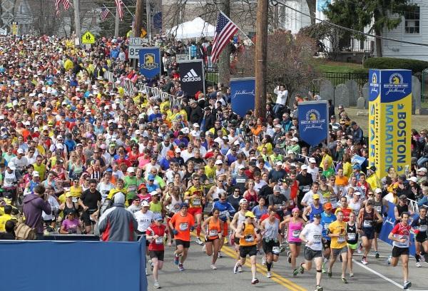 спортсмены бегут бостонский марафон
