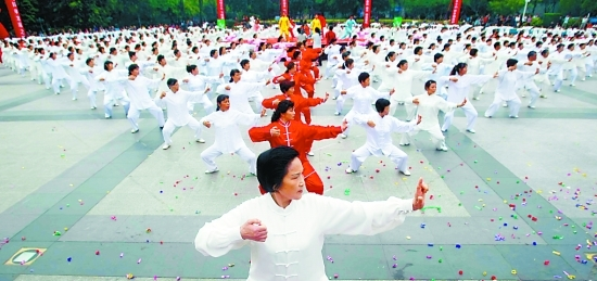 китайцы практикуют гимнастику для тела на площадях