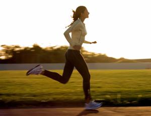 интервальный бег - один из самых энергозатратных, но его непостоянная скорость оказывает дополнительную нагрузку на сердце