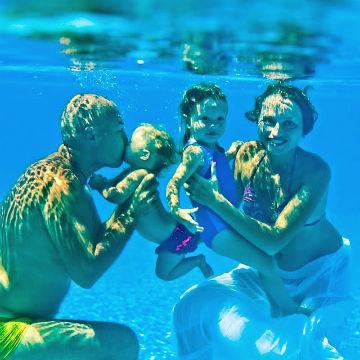 семья плавает в бассейне