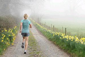 считается, что бегать по утрам лучше, но вы можете бегать в любое удобное время