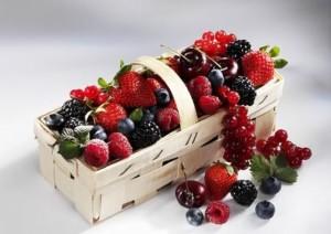 Корзинка с фруктами и ягодами