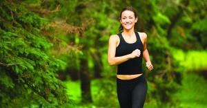 девушка бежит по лесу