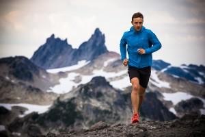 мужчина бежит по горам