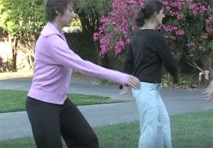 второе упражнение поворотов улучшает работу желудка, печени и других органов