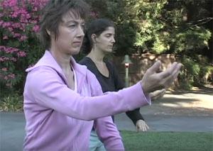 рука, тянущаяся к облаку - упражнение, сосредотачивающее на внешней энергии