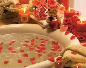 самое распространенное применение эфирных масел в домашних условиях - прием ванны и испарение из аромалампы