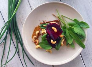сыроеды ничего не готовят, просто режут и кладут в тарелку