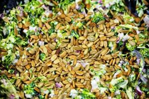 добавление в салаты - хороший способ употребления семечек